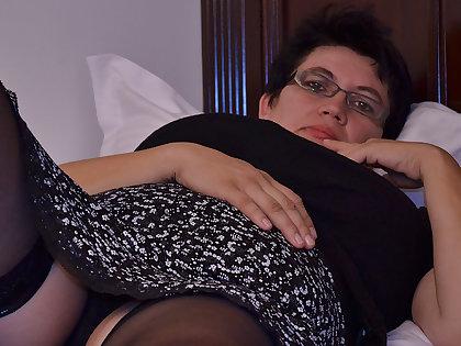 Horny Houswife Gettin' All Crummy - MatureNL