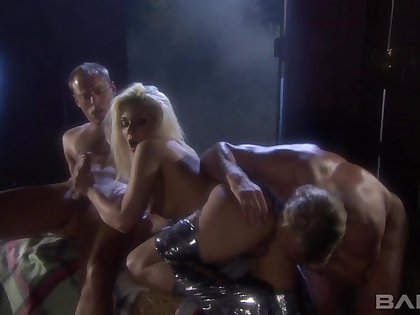 Spit-roast MMF threesome with horseshit hungry pornstar Cindy Crawford
